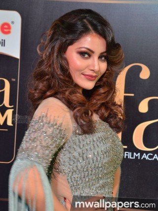 Urvashi Rautela Cute HD Photos (1080p)